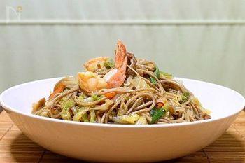 和風だけど、水溶き片栗粉でとろみのある中華のような炒め蕎麦に。ちょっとピリ辛な大人向けのレシピ。
