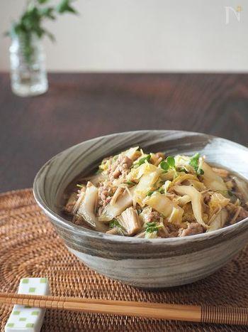 白菜と豚肉がたっぷり入った温かいおそば。つゆにワサビが入っているので爽やかな香りでいただけます。辛味はとんでしまうので、お子様でも食べられます。
