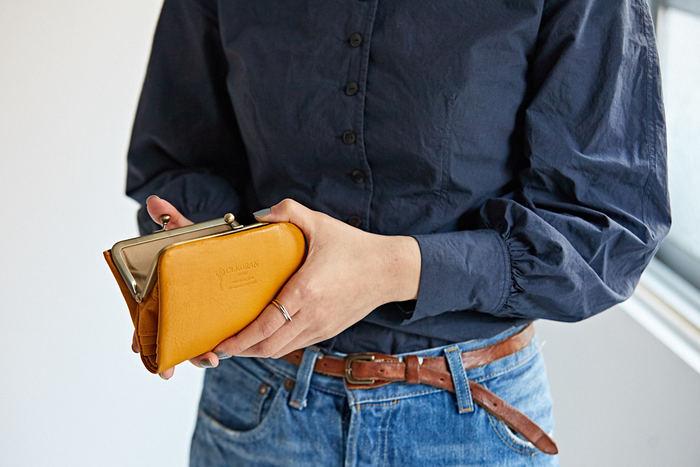 ぱちん、と開けると中身が見渡せる。 お会計の時のスムーズでストレスのない動作は、がま口財布ならではのもの。 毎日使うものだから、使い心地は重視したいですよね。