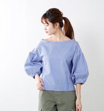 鎖骨のちら見せが絶妙なプルオーバーシャツ。横に広い首まわりのデザインはもちろん、ボリューム袖のシルエットが横にふんわりとして、ストライプでも縦の印象が和らぎます。