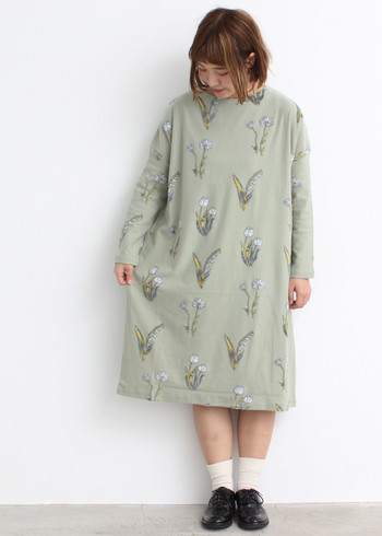 すずらん、チューリップ、マーガレットという春の花をプリントした、とってもキュートなワンピース。一枚で着るのももちろん可愛いですが、デニムパンツなどを合わせてカジュアルダウンするのもおすすめです。