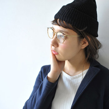 こちらも「NEW.(ニュー)」のアイウェアシリーズで、ボストン型がおしゃれな雰囲気の「ROY(ロイ)」。ブラウン系の眼鏡は女性らしさを演出できるので、クラシカルでスマートに旬度をあげてくれます。