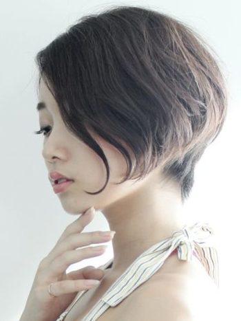 丸顔さんは、ふっくらした頬と横幅の輪郭が特徴。おすすめなのは顔まわりの髪を長めに残した前下がりのスタイルです。縦長のシルエットで輪郭をシャープに見せてくれますよ。