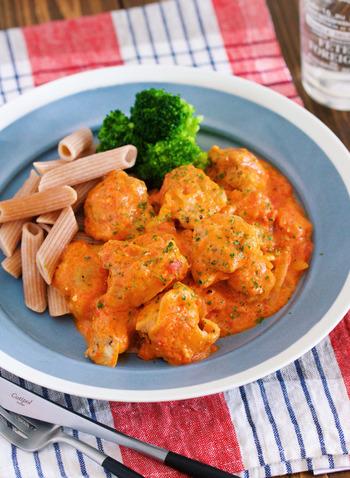 鶏ももをソテーしたら、ホールトマトで煮込んで10分。最後に加えるクリームチーズによってコクのある仕上がりに。 単独で頂くか、ペンネに合わせるかで塩加減の調節を。
