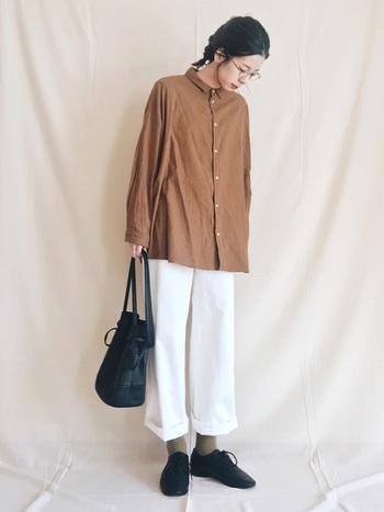 ブラウンのシャツ×ホワイトパンツを合わせたナチュラルコーデに、メガネをプラス。ゆるっとしたラフさにメガネを合わせるだけで、ちょっぴり女性らしさもアップします。