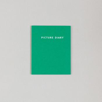 「PICTURE DIARY」は、上に絵、下に文字が書ける絵日記タイプのノート。 カラーは、yellow, green, blueの3種類がラインナップ。