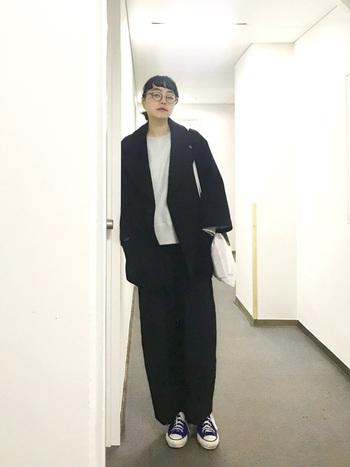 上下ビッグシルエットの場合は、同色やワントーンで統一するとすっきり見せることができます。こちらは、黒で統一したジャケットパンツスタイル。メンズライクなゆったり感が、クールに決まっています。