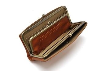 小銭入れもがま口になっていて、飛び出す心配がありません。 内側のカード入れに加え、両方の外側に付いた大きなポケットは、レシートやチケットなどの、ちょっと大きめのものを入れて整理するのにもおすすめ。