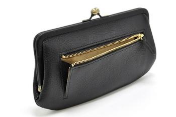 背面のジップポケットは、片マチ付き。 このポケットは、ドリンクを買う程度の小銭を入れたり、回数券を入れたりとライフスタイルによって色々な使い方が出来ます。