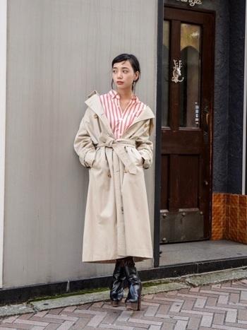 ビッグシルエットのコーデを素敵に着こなすには、どこかでメリハリをもたせることが重要です。オーバーサイズのトレンチコートは、肩を落としてゆるっと羽織り、ウエストの高い位置でベルトをキュッと結んでウエストマーク。
