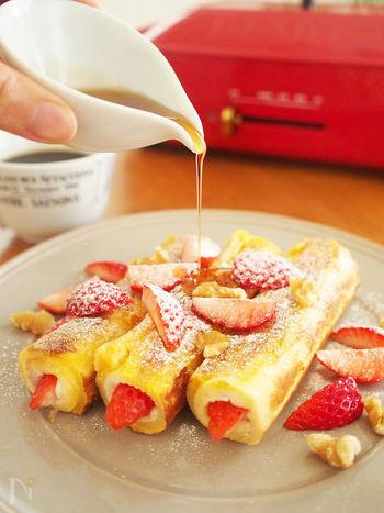 耳を切り落とした食パンで、イチゴなど具材を巻き上げたら、フレンチトーストの要領で焼き上げるだけの簡単レシピ。イチゴのカットが大きいと上手く巻けないので、少し小さめにカットするのがおすすめです。