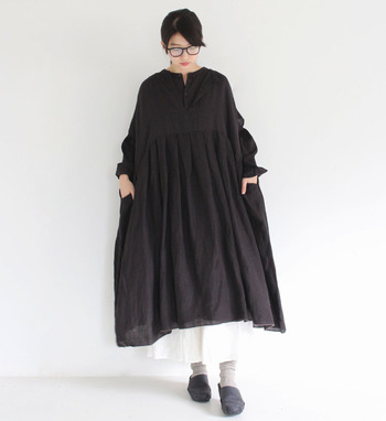 ふわっとAラインに広がったワンピースは、あえてスカートと重ね着することでラフなのにおしゃれな着こなしを実現しています。ダラダラと過ごしたい休日にも、ぴったりなコーデですね。
