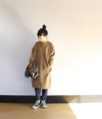 ゆったり着られるスウェット素材のワンピースは、休日のラフコーデにぴったりなアイテム。デニムパンツと合わせて、リラックスできるのにおしゃれも忘れない、程よく力の抜けた着こなしの完成です。