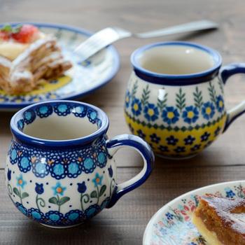 ポーランドを代表する陶器「Polish Pottery(ポーリッシュポタリー)」のマグカップ。ぽってりとした形と、カラフルなのに上品なデザインが、日本でも大人の女性に高い人気を誇っています。