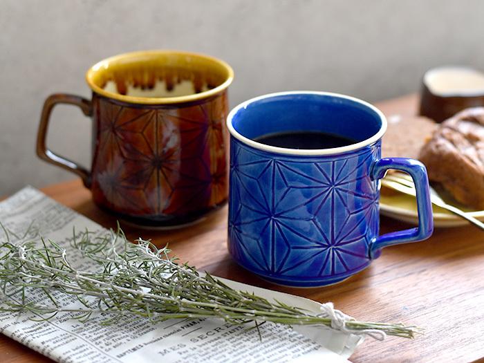 京都で清水焼を作っている「平安楽堂」が、北欧デザインからインスピレーションを受けて制作したという「麻の葉のマグカップ」。北欧のデザインと、伝統的な清水焼の技術が合わさった、温もりを感じるマグカップです。お揃いの色で持つのも素敵ですが、色違いで買って、夫婦でペア使いするのも素敵です。