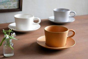 まるでアンティークのような、おしゃれなデザインのこちらのティーカップは、三重県の萬古焼ブランド「4th-market(フォースマーケット)」の「プラート」というシリーズです。