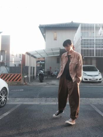 ピンクブラウンのオーバーサイズのデニムジャケットに、ブラウンのワイドパンツを合わせたワントーンコーデ。落ち着きとニュアンスのあるカラーがお洒落です。