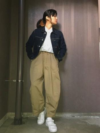 ワイドなチノパンにショート丈のデニムジャケットを合わせたカジュアルスタイル。前開きでラフに羽織っても、ショート丈ならもたつきません。