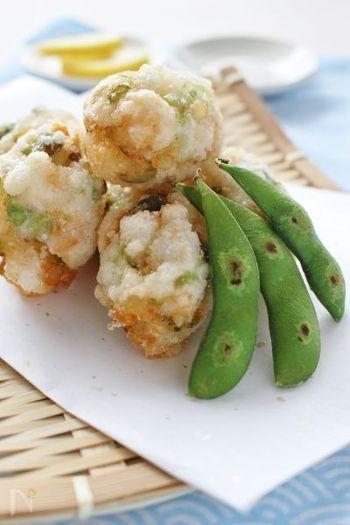 天ぷらなどの揚げ物も、ざるを使って盛りつけるとぐっと見映えが良くなるメニューのひとつ。こちらは海老と枝豆、はんぺんを混ぜ、片栗粉をまぶして揚げれば完成という簡単レシピです。彩りもとても綺麗なので、ささっと作って添えたくなりますね。