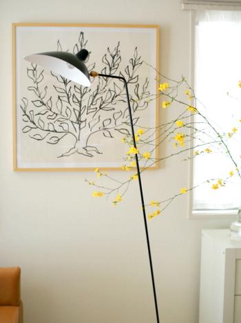 こちらは、ちょっと変わったディスプレイ法。あえて花器から枝が伸びるように活けて棚の上におき、お部屋の中に枝が浮かんでるように見せています。