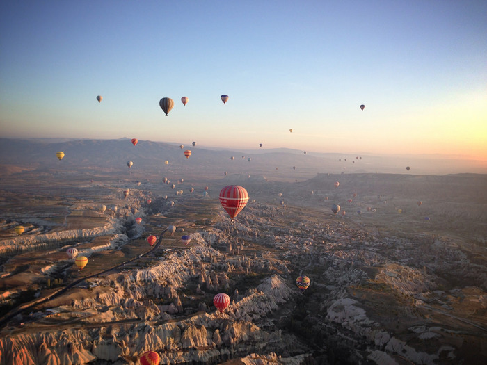 熱気球から眺めるカッパドキアは絶景そのものです。荒涼とした奇岩群、無数に飛び交う色とりどりの熱気球、悠久の歴史を歩んできた大地が織りなす景色は、どこを切り取っても絵になります。