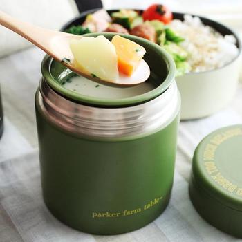 汁物をお弁当にもっていくなら、やはりスープジャーがおすすめ。冬だけでなく、夏の冷房のきいたオフィスなどでは、熱い汁物が適度に体を温めてくれます。