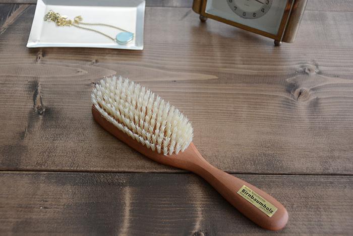 【REDECKER(レデッカー)ヘアブラシ ソフト】 油分と水分の含まれた豚の毛を使用しているので、髪に艶を与えてくれます。 自分へのご褒美にでもヘアブラシは少しイイものに変えるのも一つの手です♪