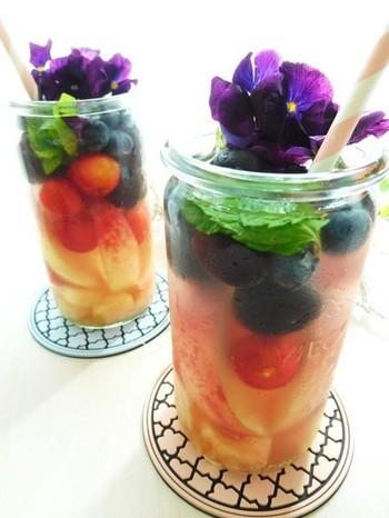 汁物は、栄養価の高いドリンクに置き換えてもいいですね。たとえば、こんなフルーツビネガーウォーターはいかが?質のいいビタミンやクエン酸がたっぷりで、パスタにも合います。もちろん、フルーツなどはもっと少ない種類で大丈夫。