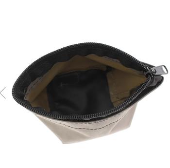 バッグと同じようにマチが広いのが特徴で、見た目以上に収納力が抜群なんです。ポーチもサイズ展開が豊富なのでトラベル用、普段のメイク直し用というように、用途に合わせてぴったりのサイズを選んでみてくださいね。