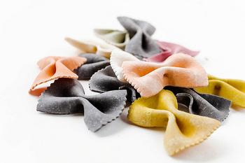 イタリア語で「蝶」を意味するファルファッレの特徴は、なんといってもその可愛らしい形。パスタ料理だけでなく、サラダのトッピングやソテー等の付け合わせにも存在感を発揮するビジュアルです。ソースと絡みやすいので、あらゆるソースとよく合います。