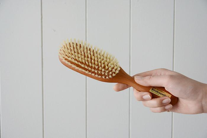 前髪を下す・斜めにする、分け目をつけるなど、絡まりがない程度にきちんとコーミングします。 パーマ毛、細くて絡まりやすい毛はアウトバストリートメントをつけながらとかすと引っかかりづらくなります。
