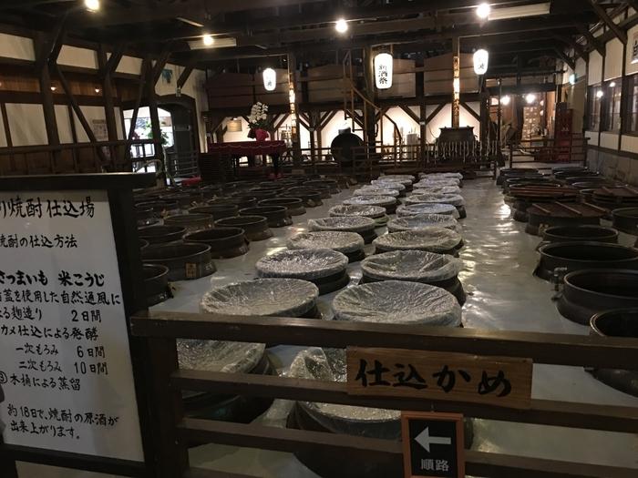 こちらの仕込み甕が並んでいる様は、一見の価値があります。焼酎の製造行程を順路に従って学んでいきましょう。