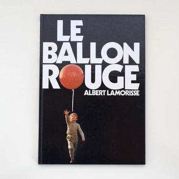 アルベール・ラモリスの映画『赤い風船』の写真絵本「LE BALLON ROUGE」。ふわふわ漂う赤い風船を追って空へと旅立つ少年のお話です。