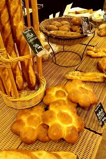 事前にお好みのパンやチーズの調達はお忘れなく♪(画像は筆者もよく足を運ぶ『ビゴの店 鷺沼店』より)。