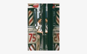 伝説として語り継がれる写真家の名作も、ポストカードサイズなら大げさにではなくそっと部屋に招くことができます。床屋のガラスに男性が映ったこちらの1枚は、ソール・ライター氏が撮影した作品。1950年代にニューヨークで撮られたもので、カラー写真は当時非常に珍しい存在でした。なにげない風景のようですが、色彩や技術の美が詰まっています。