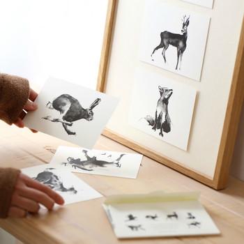 フィンランドのアーティスト、テーム・ヤルヴィさんのアート。モノトーンで描かれた躍動感あふれる動物たちは、木のインテリアに自然と溶け込みます。