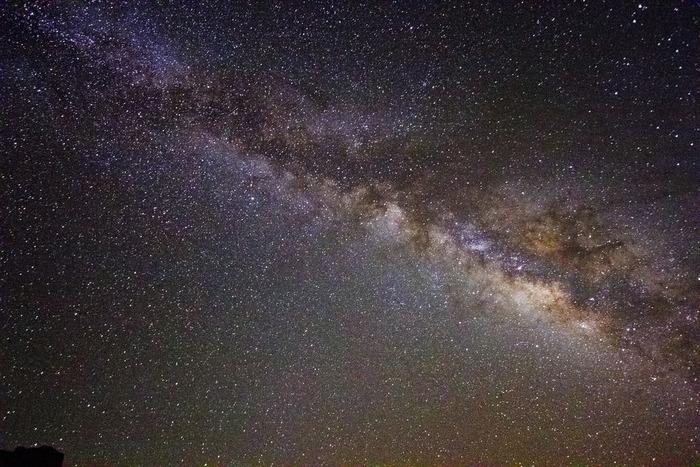 空気が澄んだワディ・ラムに広がる夜空には月や星が手に届くかと思えるくらい明るく輝いています。この美しい夜空を眺めていると砂漠の民ベドウィンがこの大自然、広大な大地、伝統的な生活をいかに大切にしているかを容易に想像することができます。