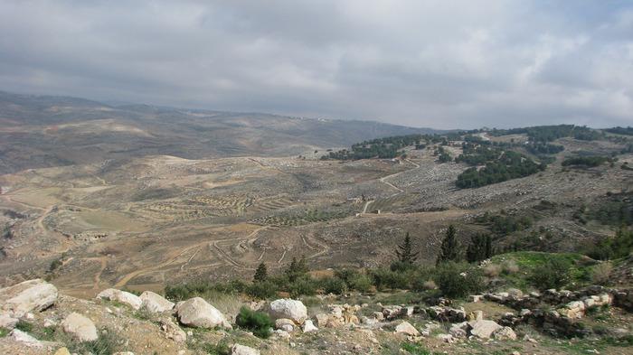 死海の北西部に位置する標高817メートルのネボ山は、旧約聖書に記された預言者モーゼ終焉の地として知られています。ネボ山の頂からは、ヨルダン川渓谷を一望することができ、天候に恵まれるとイスラエルの首都エルサレムまでをも見渡すことができます。