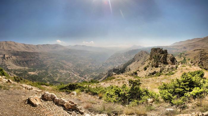 レバノン中央部を南北に縦断するレバノン山脈にあるカディーシャ渓谷は、国旗の絵となっているレバノン杉が群生している場所です。