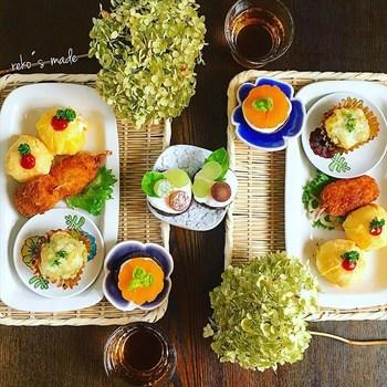 こちらは角盆ざるをトレイとして使ったコーディネイト。メインからデザートまで洋食ランチそのものなのですが、全く違和感がありません。和食、洋食、アジア料理と、どんな食事の雰囲気にも不思議とマッチしてしまうのが、竹という素材の魅力のひとつです。