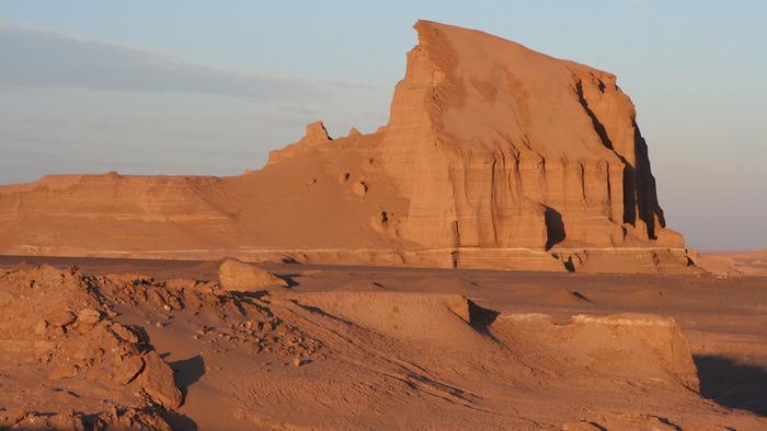 イラン東部に位置するルート砂漠はイラン全土のうち約1割もの面積を占める大砂漠です。太陽熱を吸収する過酷な環境の中でも、巨岩や奇岩が点在する独特の景観から、ルート砂漠は世界遺産となっています。
