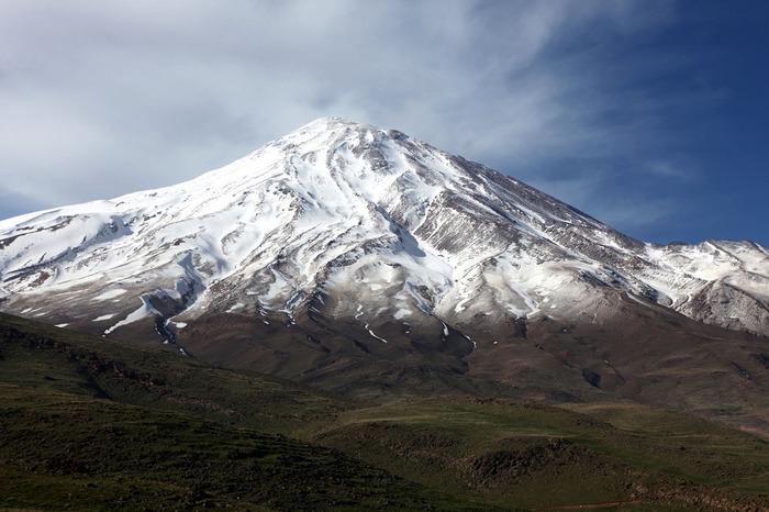 標高5610メートルのダマーヴァンド山は、イラン最高峰の山です。万年雪の頂、富士山のような美しい山容、麓の豊かな緑が織りなし、ダマーヴァンド山麓からは絵画のように素晴らしい景色を臨むことができます。