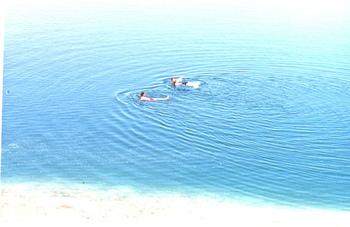 塩分濃度が非常に高い死海では、何もなしに仰向けで水面に浮かぶことができます。ここでは地理の教科書に載っている「死海に浮かびながら新聞を読む」ポーズを体感できることができます。