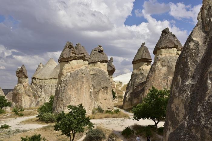 トルコ中央部アナトリア地方のカッパドキアは、トルコを代表する観光名所の一つです。キノコのような形をした奇岩群と洞窟住居が点在するその独特の景観をしたカッパドキアは世界遺産に登録されています。
