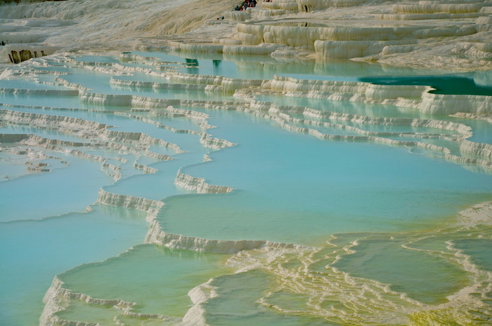 無数の石灰棚は、良質な温泉水によって満たされています。陽射しを浴びて水色に輝く温泉水と純白に輝く石灰棚とのコントラストの美しさは格別です。