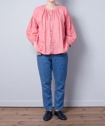カジュアルなデニムスタイルが、ブラウスのピンク効果でフェミニンにシフト。ピンクとブルーのカラーブロックが、装いに春らしさを呼び込みます。