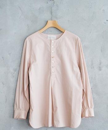 ピンクに少し抵抗のある方は、限りなくホワイトに近い色味をセレクト。さらにハリのあるシャツデザインなら、カッコよくシャキッと着こなせます。