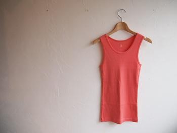 ボタンダウンシャツのインナーにしたり、プルオーバーの裾から少しだけ覗かせたり…。用途の広いピンクのタンクトップは、コーディネートの効かせ役として、ぜひストックしておきたいアイテムです。