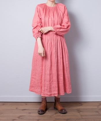 糖度が高いピンクのワンピースも、リネン素材ならナチュラルな印象をキープ。ふわっと揺れるスカートの裾に、春の風をたっぷりとはらませて…♪