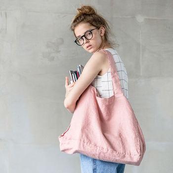 カジュアルなイメージが強いトートバッグ。柔らかいパステルピンクをチョイスすれば一転、上品な可愛らしさが備わります。